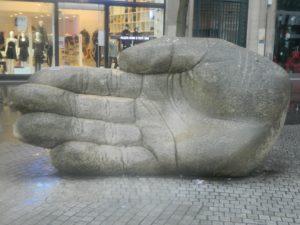 Panchina a forma di mano