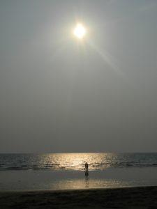 """Effetto """"controsole"""" sulla spiaggia deserta"""
