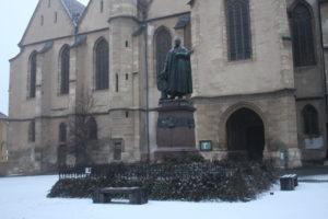 Stuatua di fronte alla Cattedrale Luterana