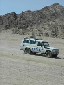 """Jeep """"gemella"""" alla mia che corre nel deserto"""
