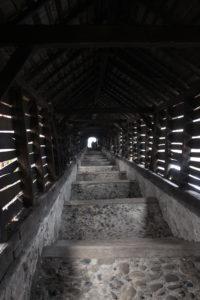 Una volta dentro alla Scara Acoperita, la fine sembra un misero puntino di luce...