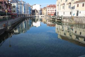 Canale principale. Già si nota la limpidezza dell'acqua