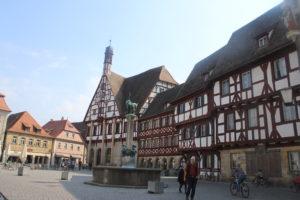 Panoramica della piazza. Il Rathaus (municipio) è il primo palazzo a sinistra.