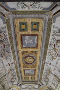 Dettaglio del soffitto di una stanza al piano terra