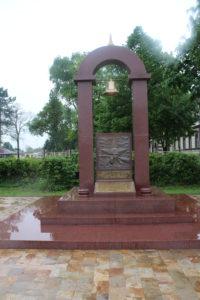 Monumento commemorativo posto all'esterno dell'ex Campo di Concentramento di Nis