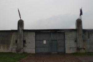 Cancello dell'ex campo di concentramento di Nis dopo l'orario di chiusura
