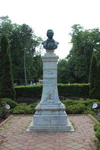 Mihail Eminescu, il poeta cui il parco è dedicato.