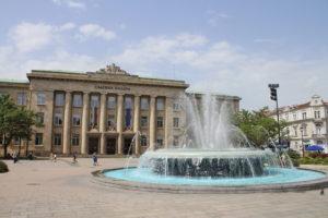 Fontana davanti al Tribunale