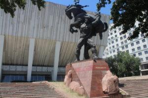 Statua dedicata a Manas