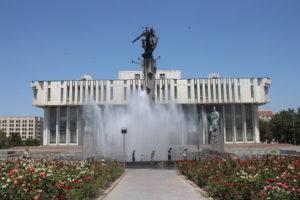 Bellissima fontana con dietro il Palazzo della Filarmonica