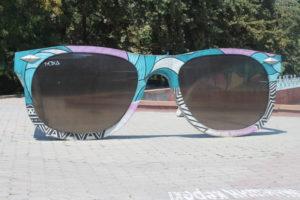 Occhiali da sole giganti fatti in cemento