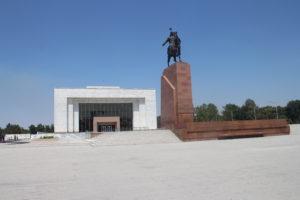 Statua di Manas e Museo Nazionale di Storia