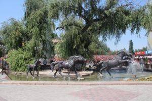 Giochi d'acqua e sculture bizzarre in pieno centro