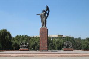 Piazza con statua di miti locali - 1