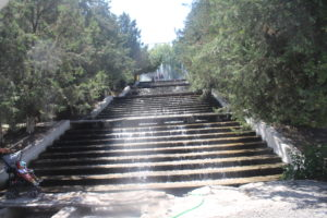 Particolare fontana lungo una scalinata