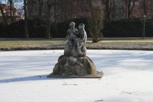 Al centro del laghetto/fontana ghiacciato