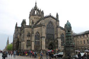 Panoramica della cattedrale + il monumento
