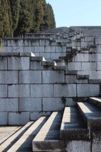 Dettaglio della scalinata per salire e scendere la collina