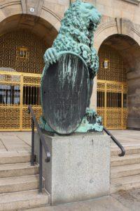 """Uno dei due leoni che """"difendono"""" il Municipio"""
