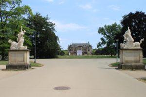 Il Palais Grosser Garten in lontananza