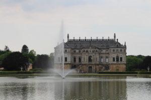 """Il """"Palais Grosser Garten"""" affacciato sul suo stagno"""