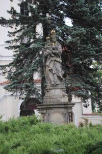 Di fronte alla Chiesa di St. Maurice