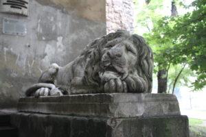 Uno dei leoni dormienti di guardia alla Torre delle Polveri