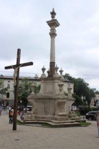 Colonna sacra di fronte al Bernardine Church and Monastery