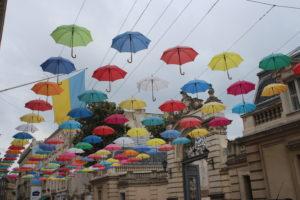Tetto di ombrelli davanti al Palazzo Potocki