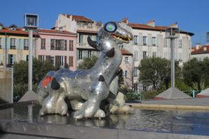 Strana fontana nel piazzale del Theatre National de Nice