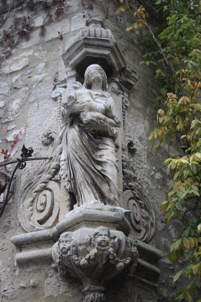 All'angolo di un palazzo a Villeneuve-les-Avignone