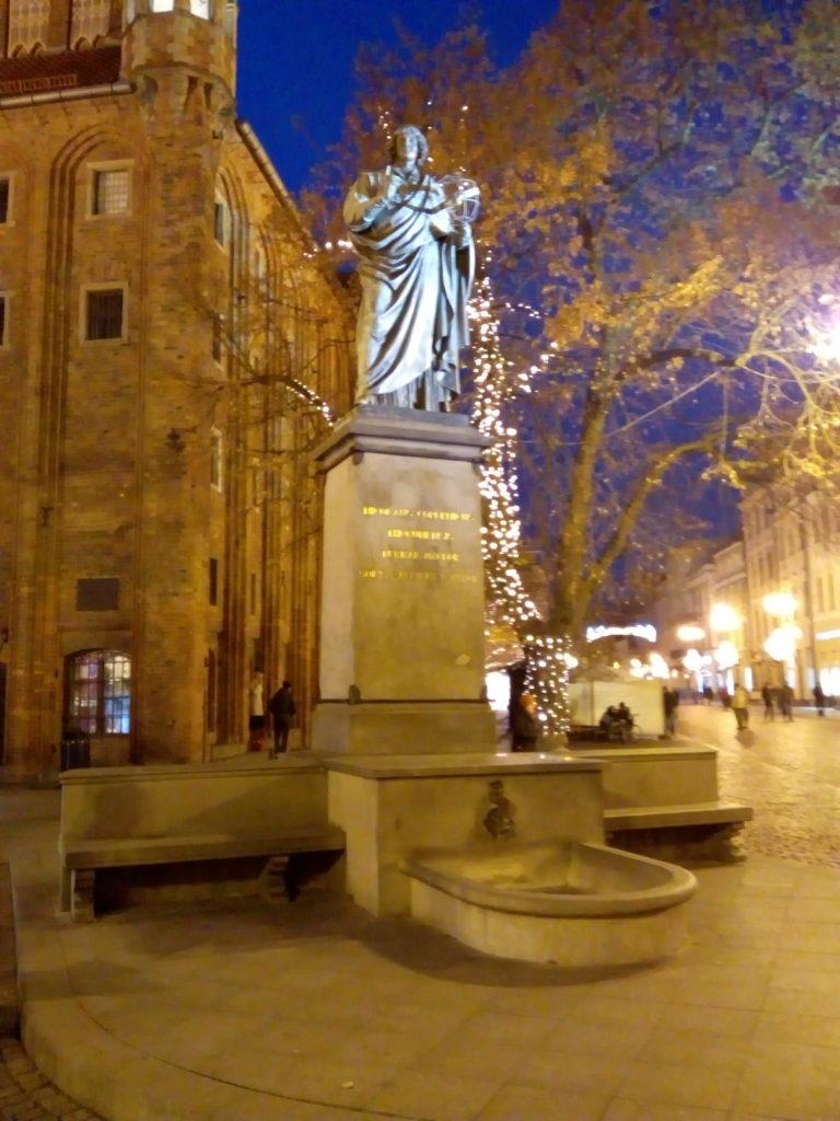 Monumento a Niccolò Copernico in notturna