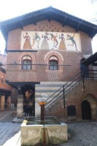 Borgo Medievale - Fontana e scorcio