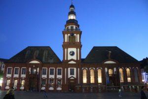 Altes Rathaus e Chiesa di San Sebastiano di sera