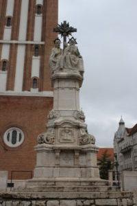 Scultura ai piedi del Duomo