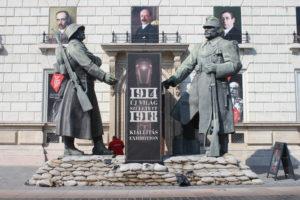 Statue Enormi per una mostra sulla prima guerra mondiale