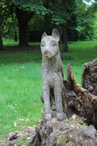 Cane intagliato in un tronco d'albero