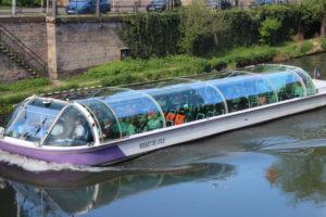Turisti in giro per i canali