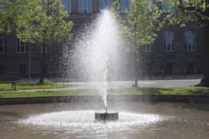 Una delle due fontane simmetriche di Place de l'Universitè