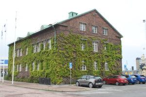 Edificio avvolto dai rampicanti