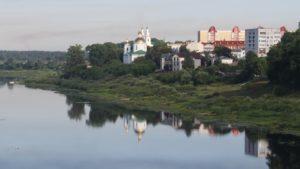 La Cattedrale dell'Epifania si specchia nella Daugava