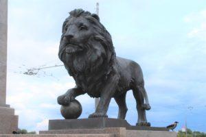 Uno dei Leoni di guardia sul ponte che attraversa il Dnepr