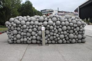 Mucchio di palle davanti al Musiktheater