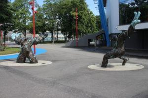 Statue nella zona dello stadio