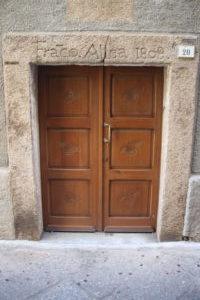 Architrave inciso in Via Cavour