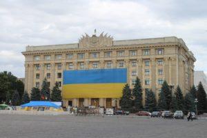 Bandiera Ucraina sul Palazzo dell'Amministrazione Regionale di Kharkiv