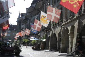 Berna tappezzata da enormi bandiere