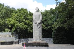 Complesso Memoriale della Gloria - la statua e la fiamma perpetua