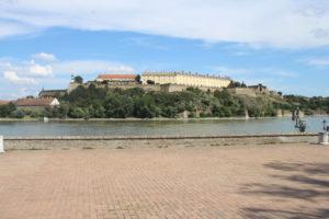 La Fortezza di Novi Sad dalla sponda opposta del Danubio