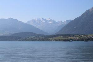 Lago di Thun - le montagne fanno da perimetro